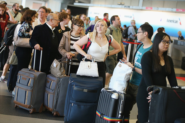乗客「Chicago's O'Hare Airport Snarled In Ground Stops After Fire At FAA Building」:写真・画像(2)[壁紙.com]