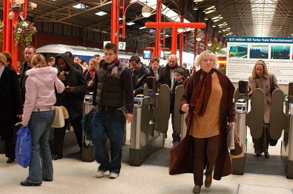 Station「Passengers walk through the ticket barriers at Marylebone having arrived on a local service. February 2005.」:写真・画像(11)[壁紙.com]