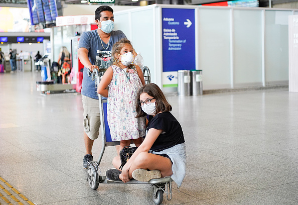 Surgical Mask「Precautionary Measures Against the Coronavirus Observed at the International Airport in Rio de Janeiro」:写真・画像(2)[壁紙.com]