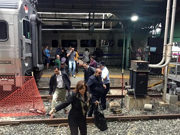 鉄道・列車「New Jersey Transit Commuter Train Crashes At Hoboken Terminal」:写真・画像(13)[壁紙.com]