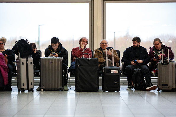 Waiting「Flights Resume From Gatwick Airport After Drone Activity Halted Christmas Getaway」:写真・画像(5)[壁紙.com]