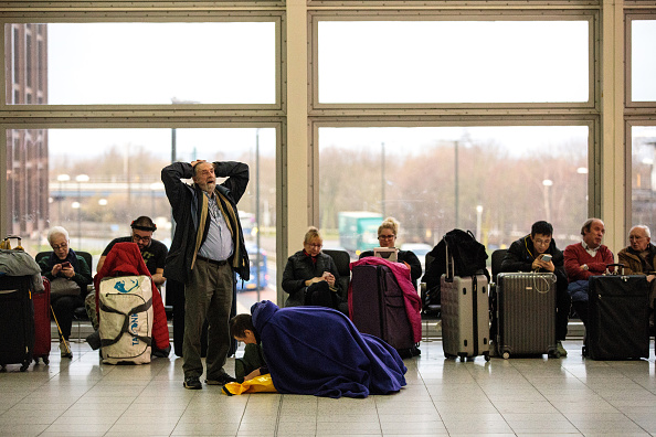 Waiting「Flights Resume From Gatwick Airport After Drone Activity Halted Christmas Getaway」:写真・画像(6)[壁紙.com]