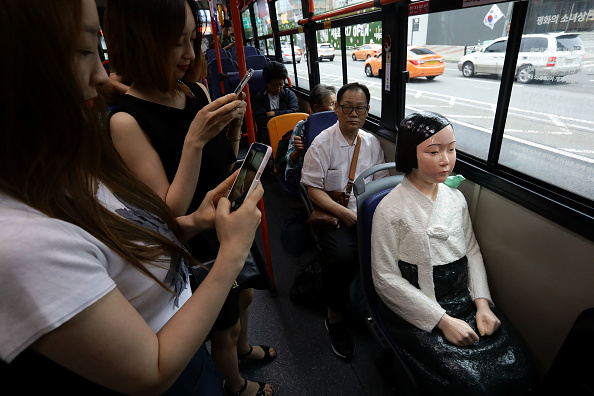 Seoul「Seoul Bus Runs With 'Comfort Woman' Sex Slave Statue Ahead Of Liberation Day」:写真・画像(17)[壁紙.com]