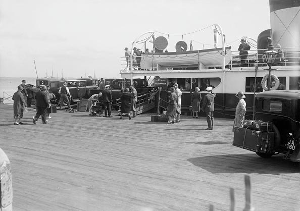 Passenger Boarding Bridge「Passengers Embarking On Southampton Ferry」:写真・画像(4)[壁紙.com]
