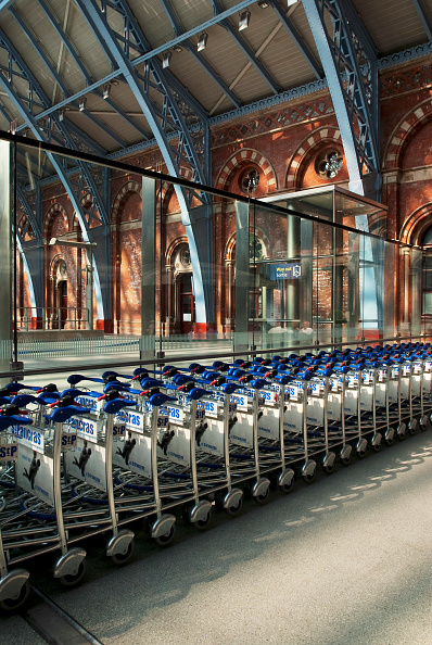 Push Cart「Luggage trolleys at the Eurostar terminal in Kings Cross St Pancras station, London, UK」:写真・画像(3)[壁紙.com]