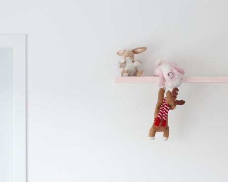 ぬいぐるみ「A soft toy unicorn helping a deer up onto a shelf」:スマホ壁紙(15)
