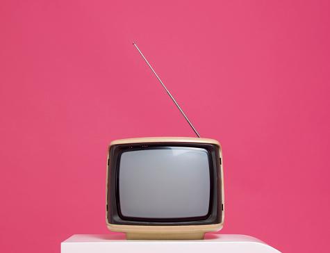 Pink Background「Vintage Television」:スマホ壁紙(11)