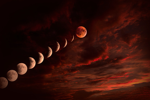 皆既月食「Moon on cloudy night sky」:スマホ壁紙(3)