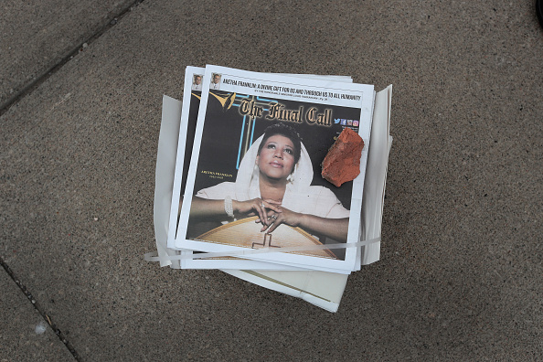 Scott Olson「Fans Of Soul Legend Aretha Franklin Pay Their Respects As Her Body Lies In Repose In Detroit」:写真・画像(11)[壁紙.com]