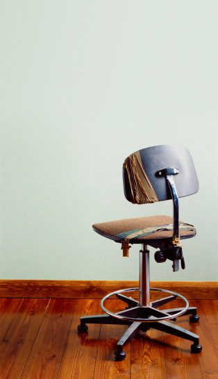 Unemployment「Redundant office chair with copy space」:スマホ壁紙(7)