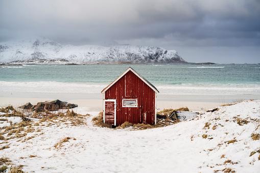 島「Red hut on the beach in snow, Lofoten, Norway」:スマホ壁紙(2)