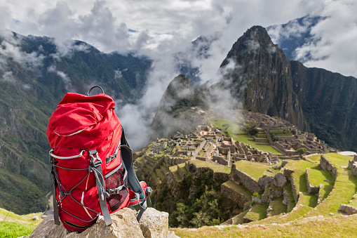 Mt Huayna Picchu「Peru, Andes, Urubamba Valley, red backpack at Machu Picchu with mountain Huayna Picchu」:スマホ壁紙(2)
