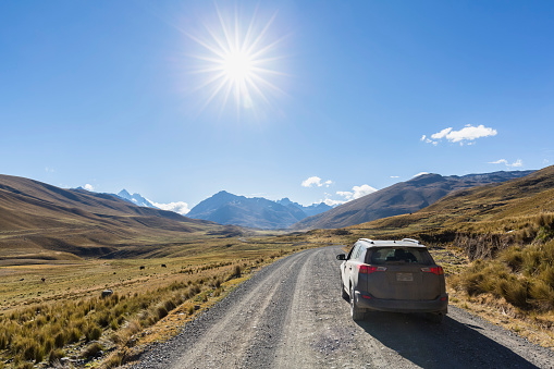 Driving「Peru, Andes, Cordillera Blanca, Huascaran National Park, Nevado Mururaju, SUV on dirt road」:スマホ壁紙(5)