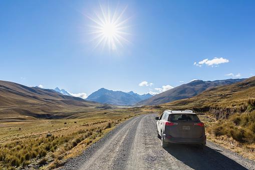 Dirt Road「Peru, Andes, Cordillera Blanca, Huascaran National Park, Nevado Mururaju, SUV on dirt road」:スマホ壁紙(8)