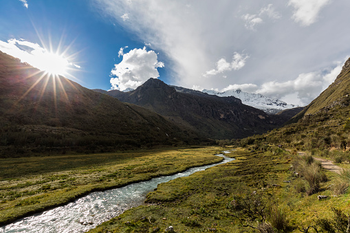 Water's Edge「Peru, Andes, Cordillera Blanca, Huascaran National Park, river Quebrada Demanda, mountain Nevado Chacraraju」:スマホ壁紙(1)