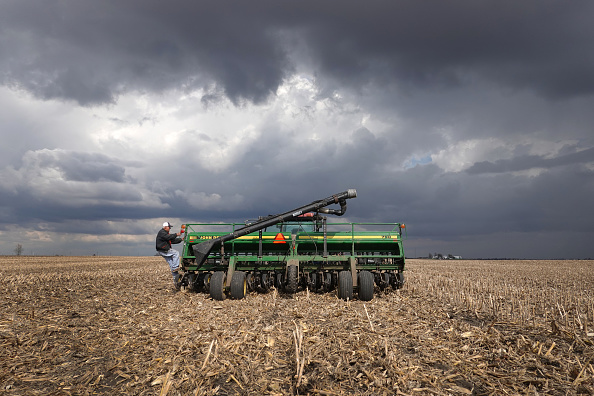 Planting「American Farmers Begin Growing Season During Coronavirus Lockdown」:写真・画像(4)[壁紙.com]