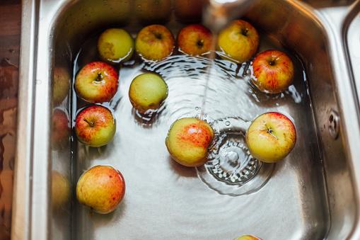 スイセン「Washing apples in sink」:スマホ壁紙(15)
