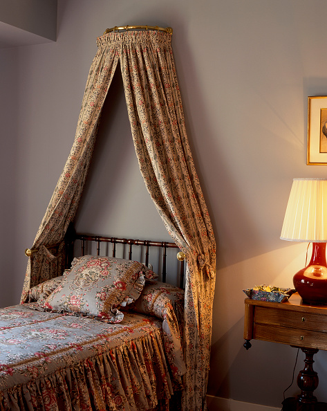 Lamp Shade「View of drapery arranged over a bed」:写真・画像(7)[壁紙.com]