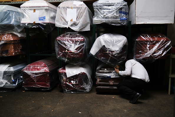 Coffin「Funeral Home In New York Experiences Surge Of Deaths Amid Coronavirus Pandemic」:写真・画像(13)[壁紙.com]
