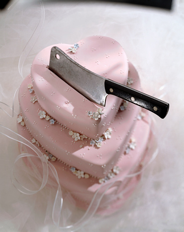 Married「Knife in Heart Shaped Wedding Cake」:スマホ壁紙(16)