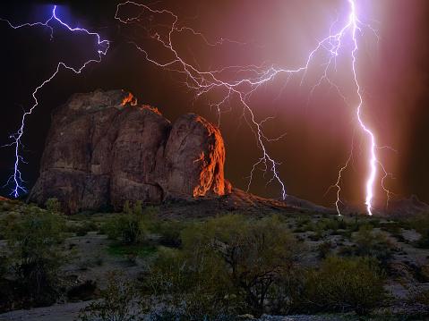 雷「Lightning over Courthouse Rock, Eagletail Mountain Wilderness, Arizona, America, USA」:スマホ壁紙(8)