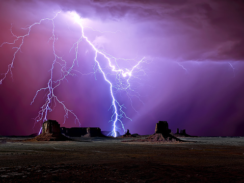 雷「Lightning over Monument Valley,  Arizona, America, USA」:スマホ壁紙(16)