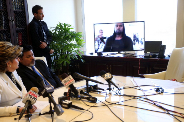 LAX Airport「Videographer News Conference With Attorney Gloria Allred Announcing Lawsuit Against Kanye West After Attacks At Airport」:写真・画像(14)[壁紙.com]