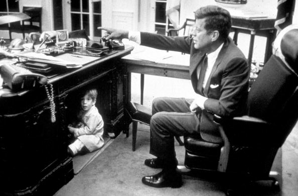 Desk「John Kennedy Jr. playing in the Oval Office...」:写真・画像(2)[壁紙.com]