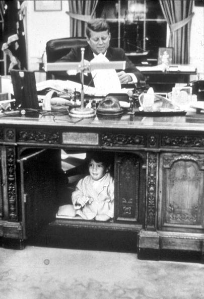 Desk「John Kennedy Jr. playing in the Oval Office...」:写真・画像(9)[壁紙.com]