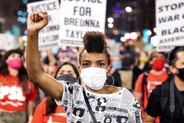 Fist「Protests Erupt Across U.S. After Charges In Death Of Breonna Taylor Are Announced」:写真・画像(18)[壁紙.com]