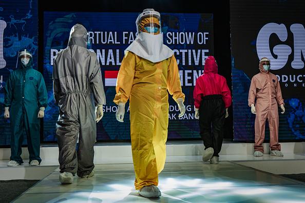 Fashion show「Indonesians Stage A PPE Fashion Show Amid The Coronavirus Pandemic」:写真・画像(10)[壁紙.com]