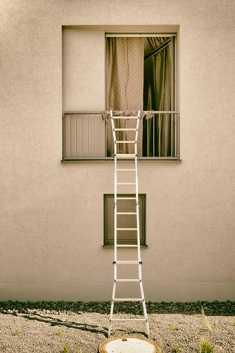 トウヒ「Ladder on open window」:スマホ壁紙(10)