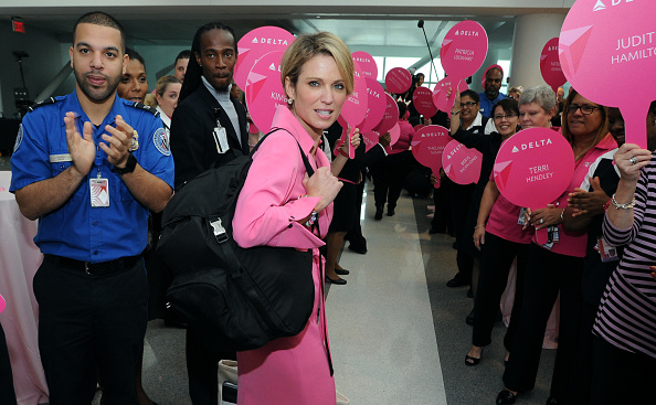 "Kennedy Airport「Delta Charters ""Breast Cancer One"" Flight With Good Morning America's Amy Robach」:写真・画像(5)[壁紙.com]"