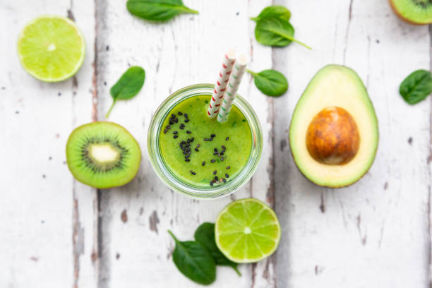 Glass of green smoothie with avocado, spinach, kiwi and lime:スマホ壁紙(壁紙.com)