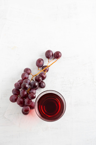 Grape Juice「Glass of grape juice and red grapes on white ground」:スマホ壁紙(1)