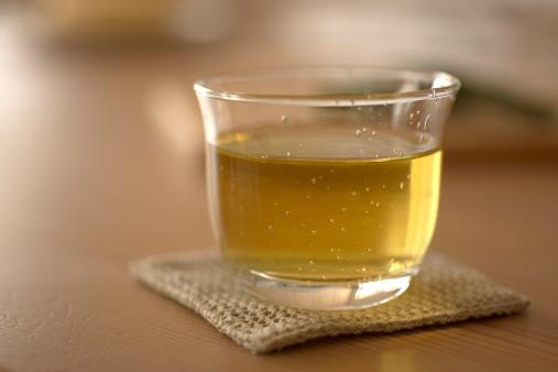 緑茶「Glass of green tea on coaster, close-up」:スマホ壁紙(17)