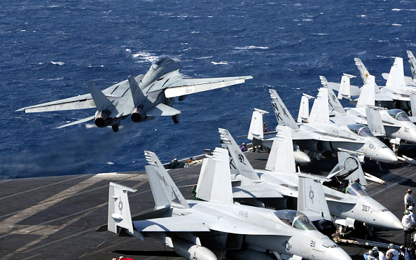 Taking Off - Activity「U.S. Aircraft Carrier Abraham Lincoln En Route To Mideast」:写真・画像(4)[壁紙.com]