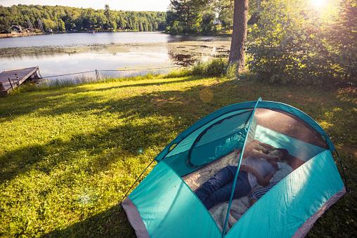 Sunlight「母アリ娘湖でテントの中で楽しんで」:スマホ壁紙(13)