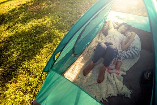 子供「テントをキャンプで楽しんで母アリ娘」:スマホ壁紙(6)