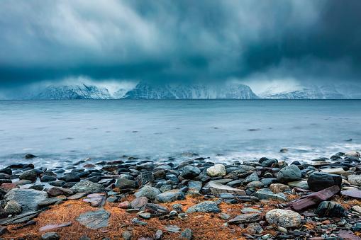 Atmosphere「Cloudy atmosphere at the coast in winter, Fjord Lyngen, Skibotn, Norway」:スマホ壁紙(14)