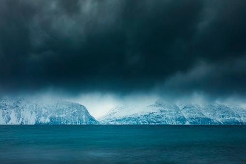 Atmosphere「Cloudy atmosphere at the coast in winter, Fjord Lyngen, Skibotn, Norway」:スマホ壁紙(13)