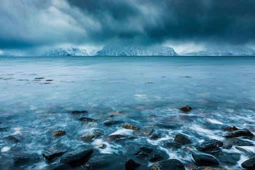 Atmosphere「Cloudy atmosphere at the coast in winter, Fjord Lyngen, Skibotn, Norway」:スマホ壁紙(11)