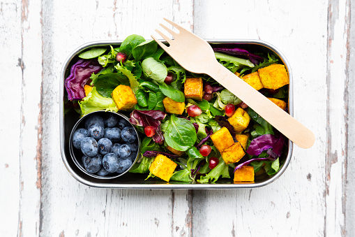 Silverware「Mixed salad with roasted tofu, red cabbage, pomegranate seeds, blueberries and curcuma in lunch box」:スマホ壁紙(4)