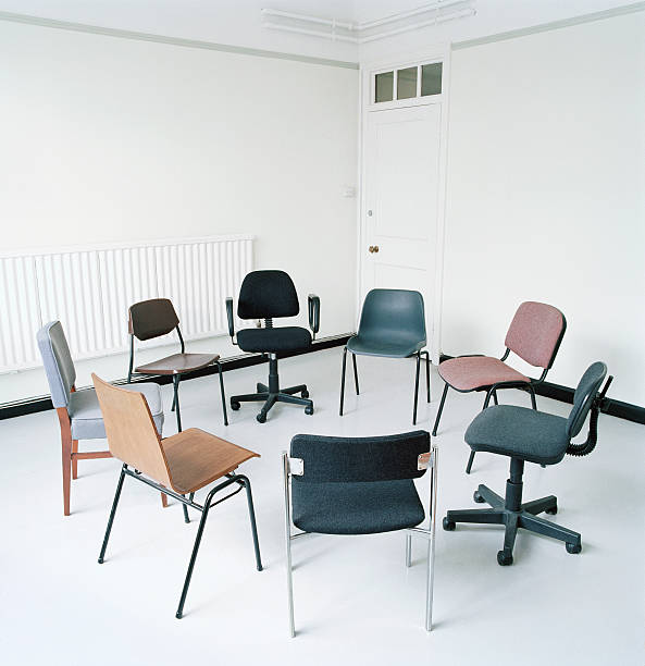 Assortment of office chairs in circle:スマホ壁紙(壁紙.com)