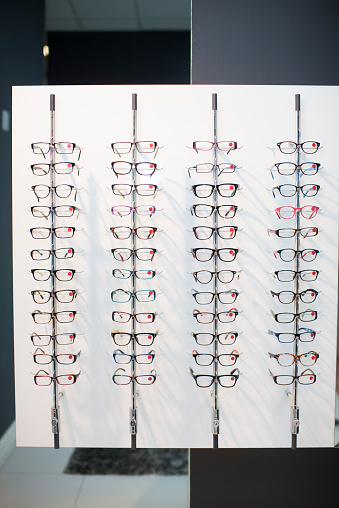Eyeglasses「Assortment of glasses in an optician shop」:スマホ壁紙(17)