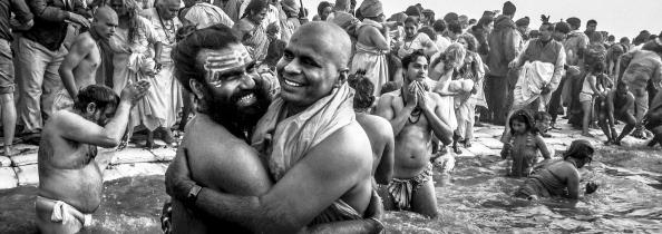 Holding「iPhone Panoramics Of The Kumbh Mela」:写真・画像(12)[壁紙.com]