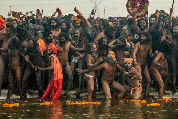 Taking a Bath「Hindu Devotees Gather For The Maha Kumbh」:写真・画像(13)[壁紙.com]