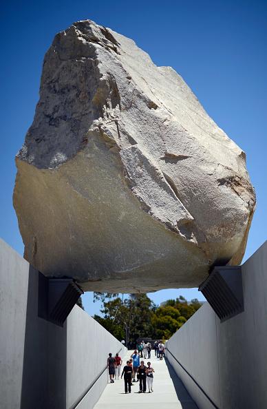 "Visit「Artist Michael Heizer's Huge Boulder, ""Levitated Mass"", Goes On Display At L.A. County Museum Of Art」:写真・画像(18)[壁紙.com]"
