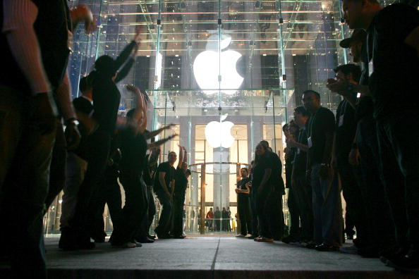 アップルストア「Apple Opens Flagship Store In Manhattan」:写真・画像(14)[壁紙.com]