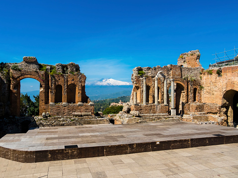 Active Volcano「Italy, Sicily, Taormina, ruins of Teatro Greco with Mount Etna in the background」:スマホ壁紙(14)